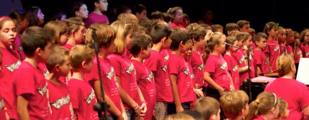 niños en el coro cantando
